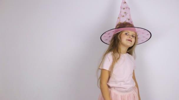 Dívka v růžovým klobouku skočí a tančí