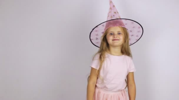 Dívka v klobouku karneval přeskakování, tancuje