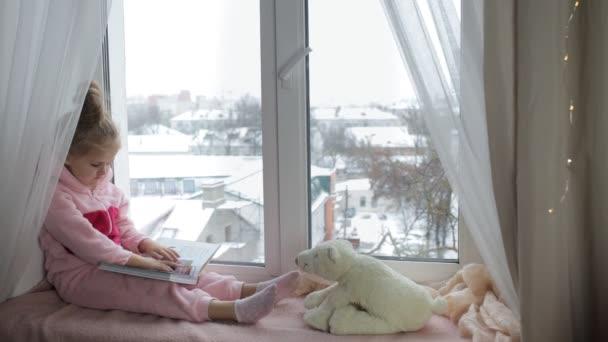 Dívka se čte knihu medvěd
