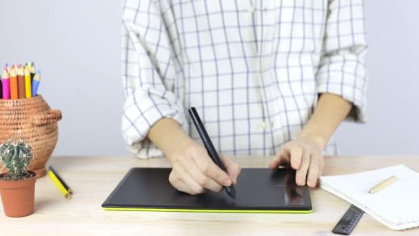 Ženské ruce na profesionální grafický tablet