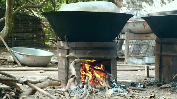 A főzés során a háztartási Faszén és fa kályhák (közelről wok talajmenti nézet)