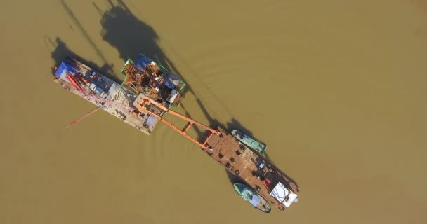 Aufstieg über den Brückenpfeiler Tisch und Lastkähne montiert Kräne in Fluss