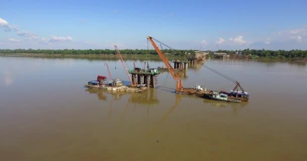 Drohnenschuss von Brückenfundamenten und Lastkähnen montierte Kräne in Fluss