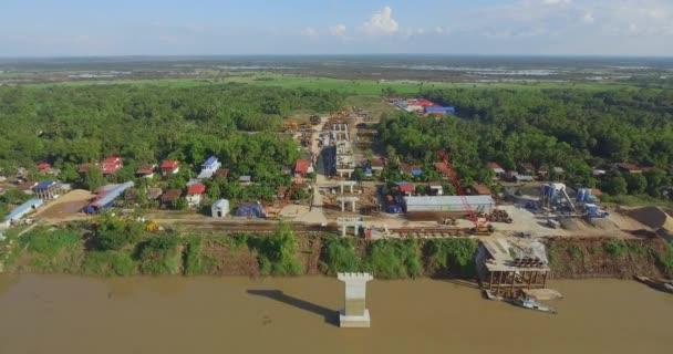 Drohnenschuss aus der Luft: Rückflug von der Baubrücke