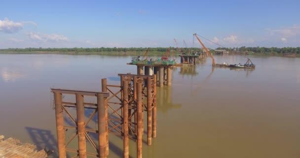 Drohnenschuss aus der Luft: Im Bau befindliche neue Brücke in Fluss überfliegen