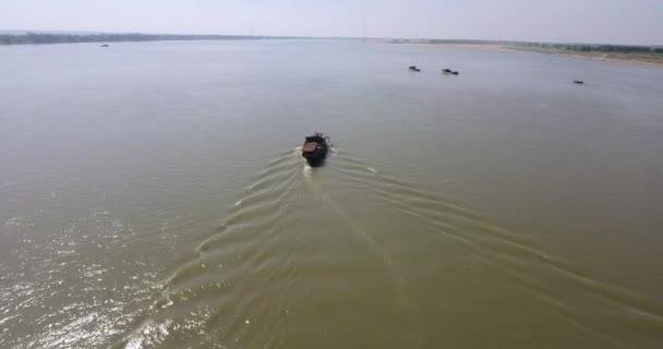 rilevamento drone ha sparato di un procedimento di dragaggio barca lungo fiume di sabbia pompa. Altre barche raccolta sabbia dal letto del fiume come sfondo