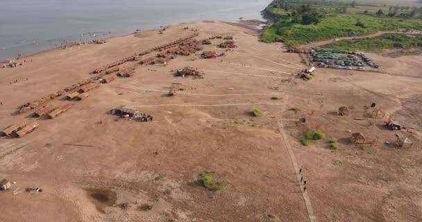 légi drone lövés: fly vissza felfedi szalma kunyhók és faházak elosztva homokos strand