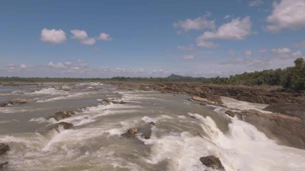 Letecká dron zastřelil: nízký průlet sérii kaskádové vodopády a peřeje na řece Mekong