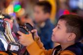 Děti citově hrají na hracích automatech v zábavním centru
