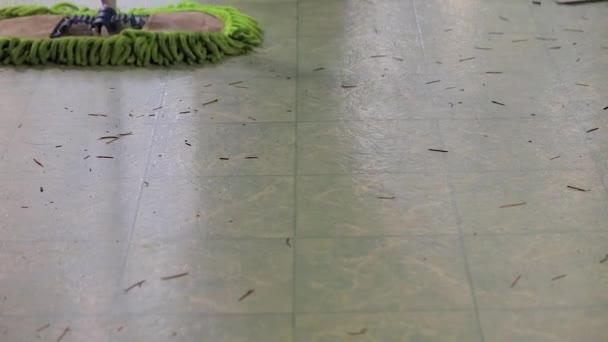 bosý člověk zametání podlahy