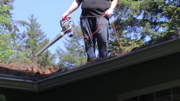 muž fouká ze střechy