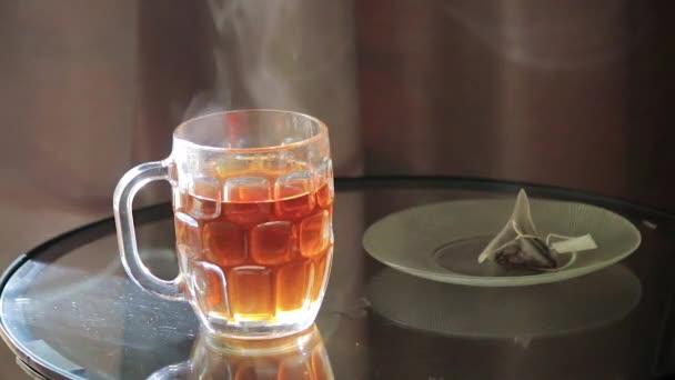 zvedl sáček čaje