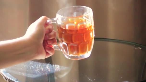 odložila šálek horkého čaje