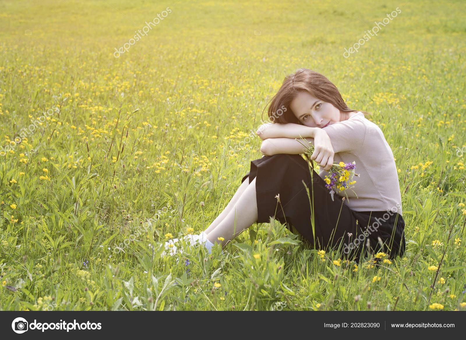 0a1b58bb41c Mujer Joven Reflexiva Encuentra Prado Flores Día Soleado Verano — Foto de  Stock