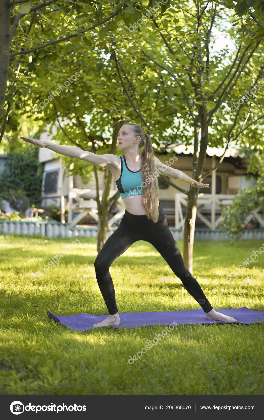 schwangere frau garten praktiziert yoga krieger pose. Black Bedroom Furniture Sets. Home Design Ideas
