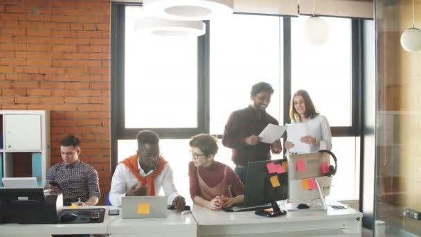 Multirassische Geschäftsleute arbeiten an Startup-Projekt.