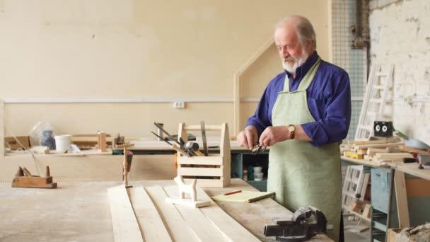 Portrét starého opraváře, spolupracujícímu se společností dřevěné desky.