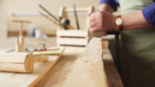 Vedoucí tesař je vyhlazování okraje Dřevěná prkna