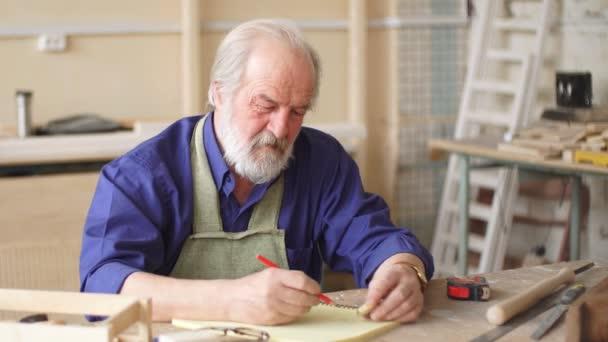 Staré řemeslné v pracovní oblečení psaní navrhování myšlenky.