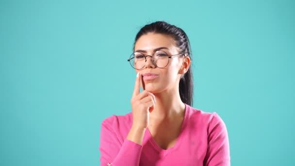 Happy příjemná dívka, která nosí kulaté brýle a teplý svetr