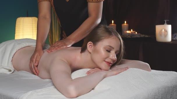 Masážní koncept. Mladá atraktivní žena reciving relaxační masáž