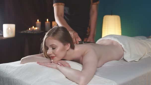Žena lahodilo zpět masáž v lázních. Volný čas, zdraví, luxusní životní styl koncept
