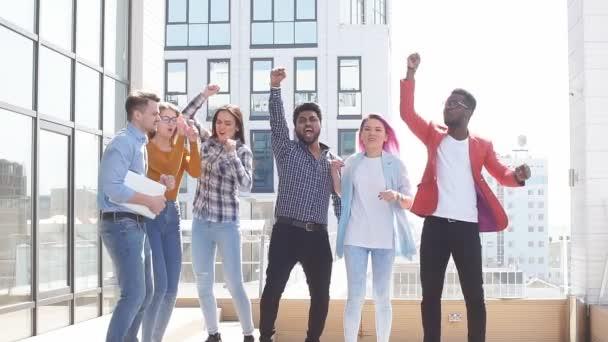 Kentsel arka planda takılan çok ırklı gençler grubu