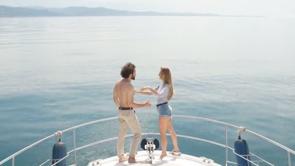A tánc szenvedélyes szeretők íj fedélzet, miközben a vitorlás jachton.