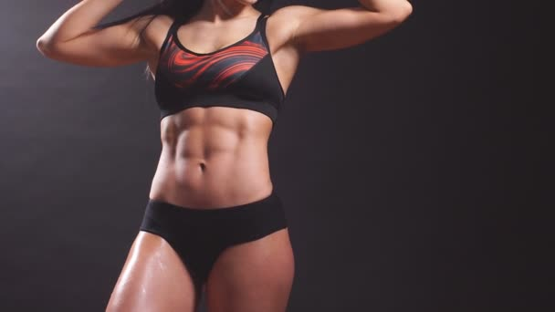 Portrét mladé krásné fitness ženy, izolované na černém pozadí