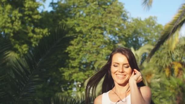 Mladá žena dělá jógu venku v parku v bílém oblečení. Aktivní dovolená