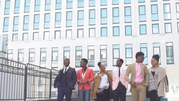 Africké turisty těší návštěvu města. Hosté se účastní v úmluvě.
