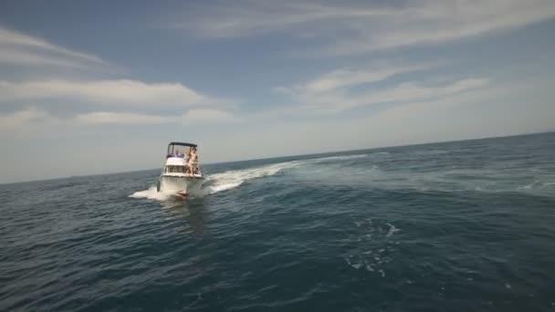 Úžasná krajina s bílé plachetnice v Blue Sea. Foto s Copy prostor
