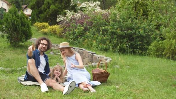 Rodina s dítětem objímala a zábavu venkovní