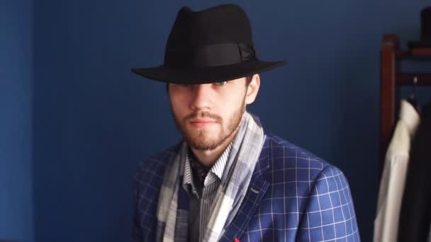 Podobizna atraktivní muže v tmavých kabát a módní oblek uvnitř Krejčí.