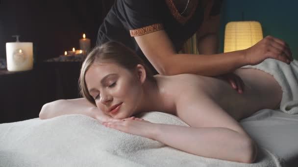 Žena dostává masáž těla v lázeňském salonu