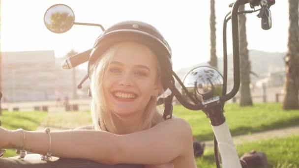 Junges Mädchen mit Helm und Schutzbrille sitzt neben Elektrofahrrad