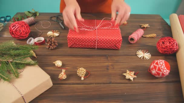 Mujer Manos Decorar Cajas De Regalo Rojo Para Navidad Manos Cerca Presente Ideas De Packaging