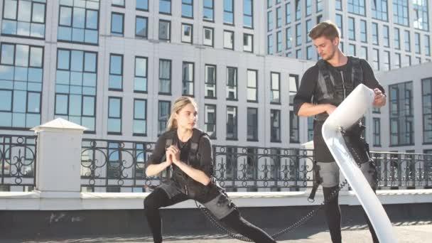 mladý úžasný blond žena dělá stretches