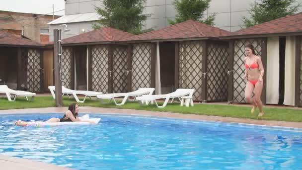 Šťastná dívka, která skočila do venkovního bazénu