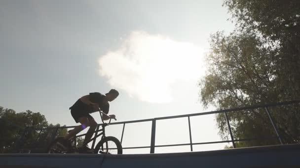 onback muž jízdy kolo Bmx. mužské Rider dělá triky na Bmx kolo