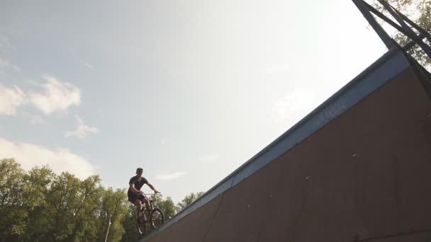 Freestyle samec jezdec na koni v skate parku na bmx