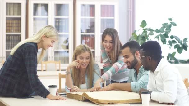 Skupina mnohonárodnostní lidí, studiu knih v knihovně školy