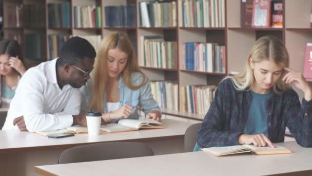 Krásná blondýnka šťastné ženské student navštěvuje univerzitní třídy uvnitř.