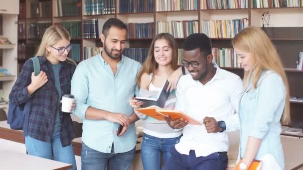 Mnohonárodnostní studenty baví v knihovně při přípravě na zkoušky. Vzdělávání vzdělávání koncepce