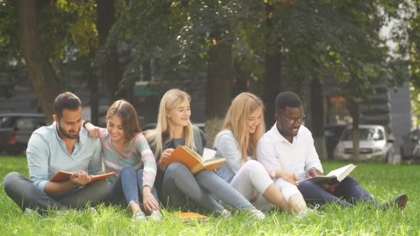 Smíšené rasy skupina studentů na zeleném trávníku univerzitního kampusu