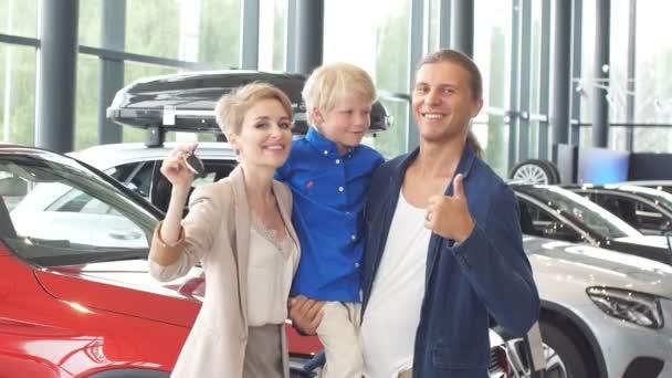 prodejní centrum automobilů. mladá rodina s chlapcem v autoprodejním klubu