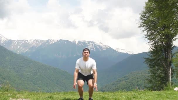 Šťastný muž, skákání na hory na obloze mraky. Životní styl cestování emoční euforie úspěch koncepce