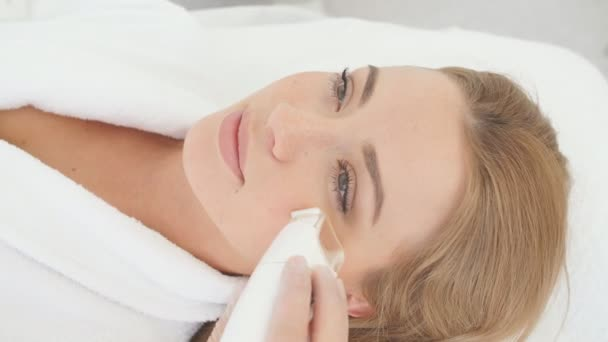 Nő, miután egy stimuláló arckezelés, terapeuta