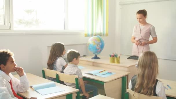 iskolás gyerekek aktívan részt vevő osztály. Oktatás, házi koncepció