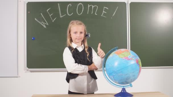Usmívající se chlapec, který jde poprvé do školy. Kid vnitřní třída pokoj deska na pozadí